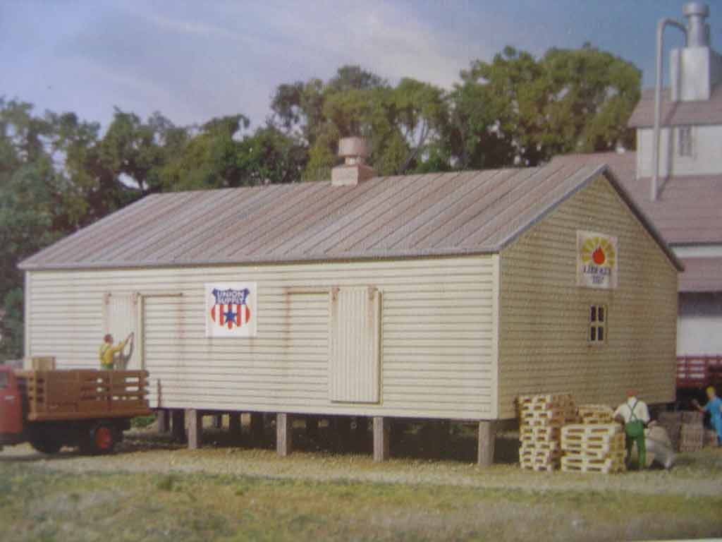Walthers Cornerstone N/Scale Kit   Co Op Storage Shed